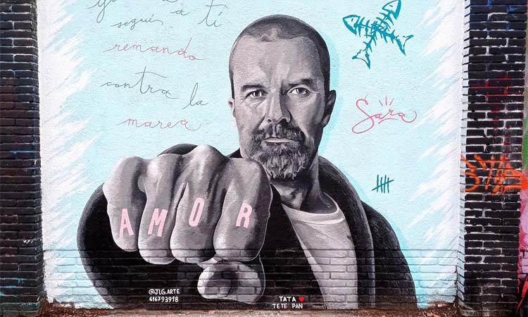 Un grafit a Provençals del Poblenou recorda Pau Donés