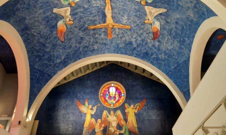 Un centre cívic instal·lat en una antiga capella decorada pel pintor Pere Pruna