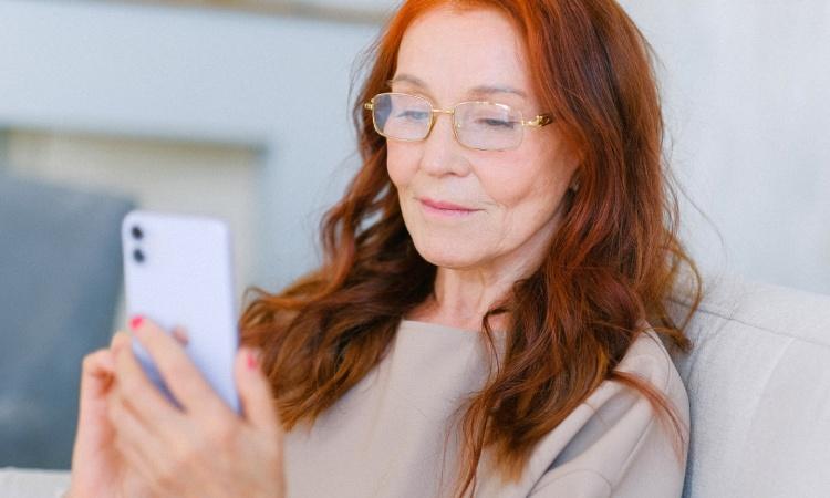 Dona amb mòbil
