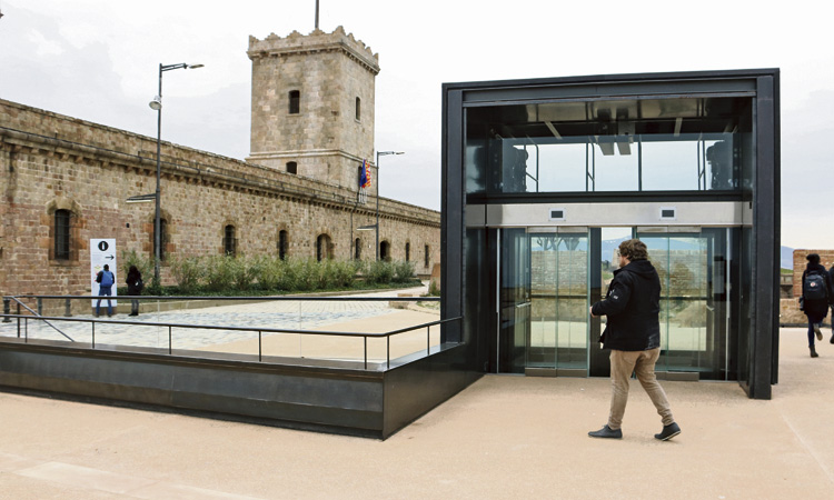 """Els """"nostàlgics del franquisme"""", fora del Castell de Montjuïc"""