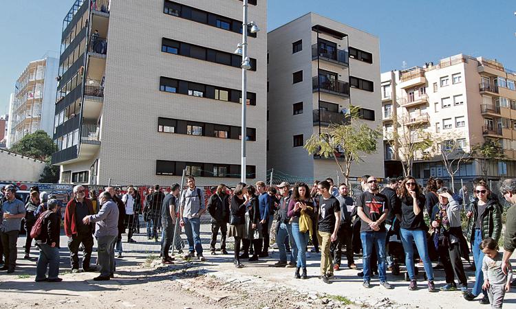 Protesta a Can Batlló per demanar habitatge cooperatiu