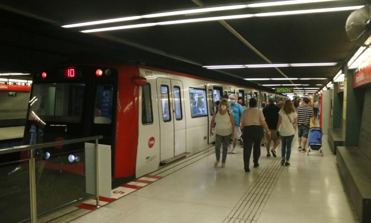 Més combois per a dues línies del metro per afrontar el retorn a la feina