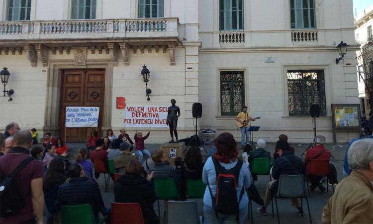 Protesta veïnal per reivindicar una nova seu per al Grup Caliu