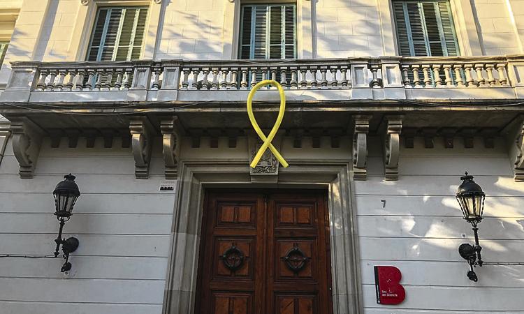 Controvèrsia pel llaç groc del balcó de la seu del Districte