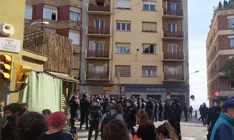 Els Mossos entren a la Buenos Aires per desallotjar-la