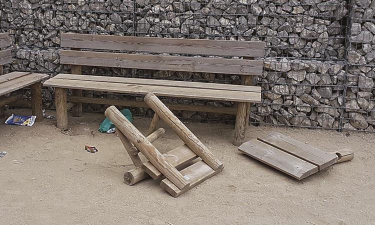 Actes incívics al parc de Can Freixes de Sant Just fan malbé el mobiliari