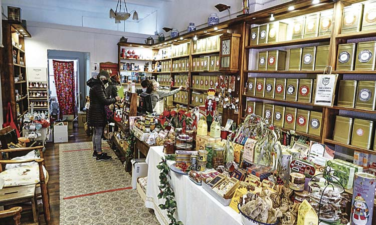 Els veïns d'Esplugues i Sant Joan aposten pel comerç local