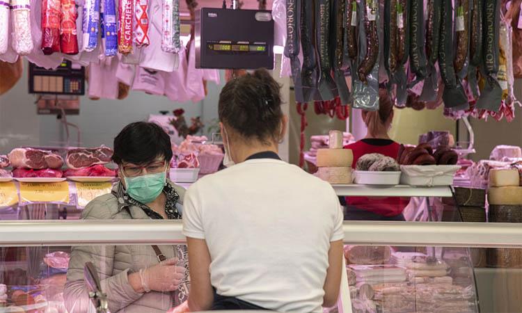 Esplugues obliga a fer servir mascaretes als mercats municipals