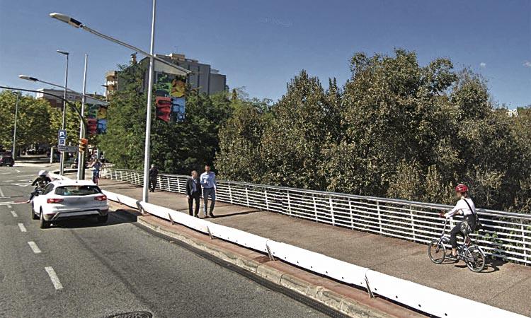 Bicis i patinets elèctrics, per la calçada al pont d'Esplugues