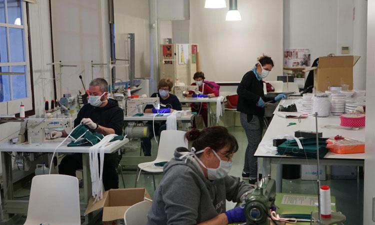 Voluntaris cusen material hospitalari al taller de costura de Sant Joan Despí
