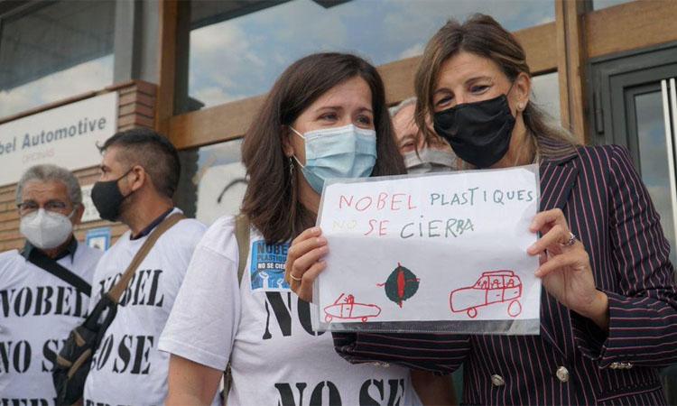 La ministra Yolanda Díaz visita els treballadors de Nobel Plastiques