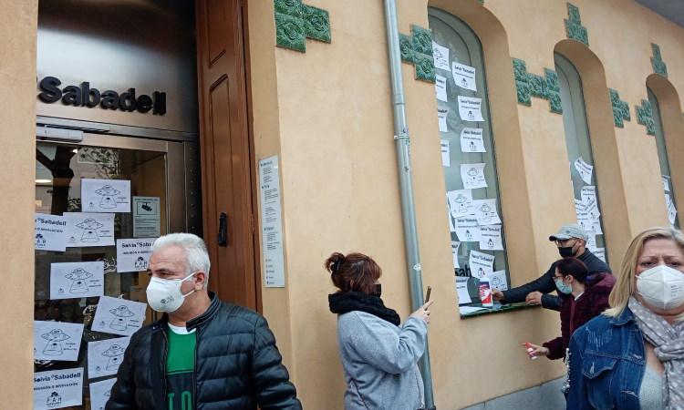 La PAH del Baix Vallès reclama al Banc Sabadell negociar sobre el lloguer social