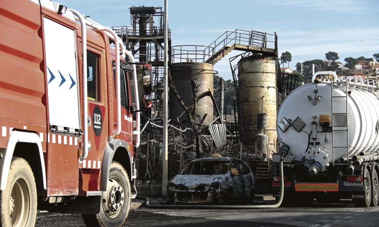 L'empresa del tràgic incendi fa fora la meitat de la plantilla