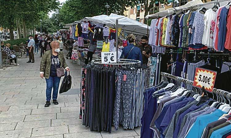 El mercat setmanal de la Llagosta recupera totes les parades de roba
