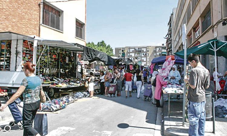 Tornen les parades de roba i calçat al mercat setmanal de la Llagosta