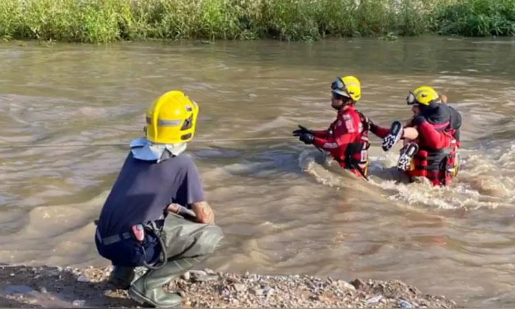 Els Bombers rescaten tres infants atrapats al riu Besòs