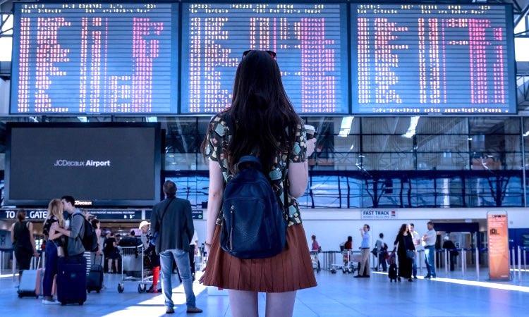 Noia a punt de viatjar a l'aeroport