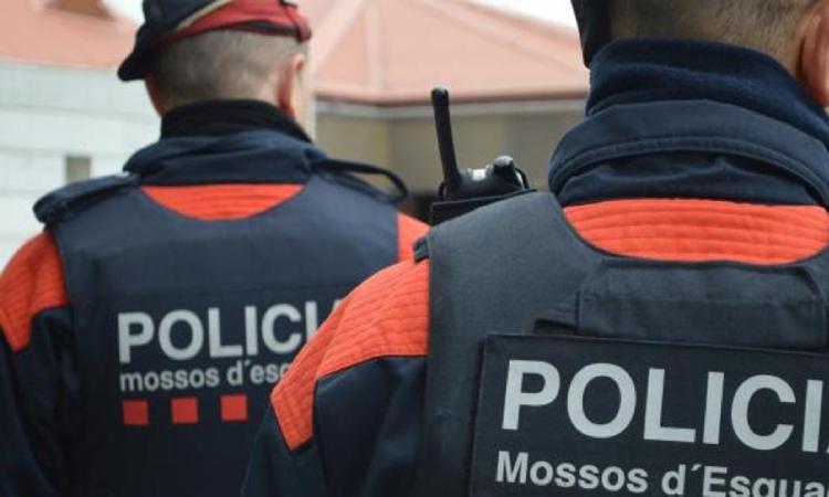 Dos agents de Mossos d'Esquadra d'esquena