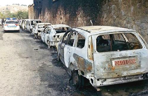 Imatge d'uns quants dels cotxes cremats. Foto: Twitter