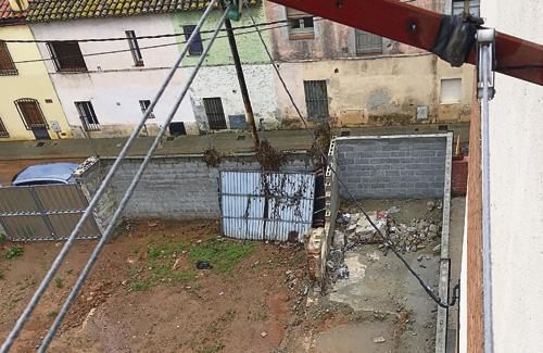Imatge d'un dels murs (al fons a la dreta) que els veïns denuncien. Foto: Línia Horta
