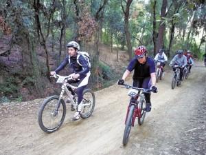 Més de 900 ciclistes pedalen entre Collserola i Nou Barris