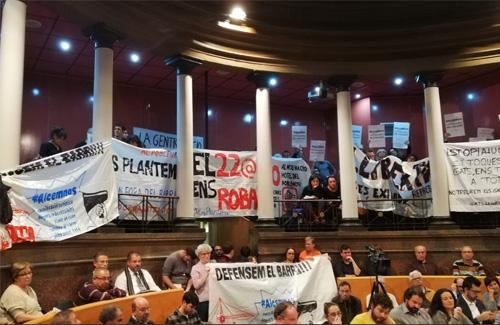 El Ple, farcit de pancartes de protesta. Foto: Twitter (@EnsPlantemP9)