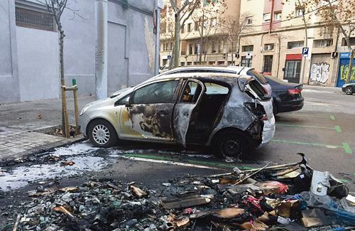 Un dels cotxes cremats. Foto: Twitter (@ebalaguerv)