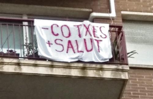 Els veïns han penjat pancartes de protesta. Foto: Proudetransit