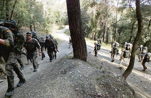 Militars marxant per camins del parc de Collserola. Foto: Exèrcit
