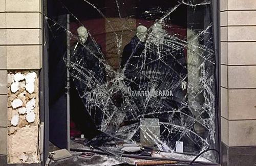 Estat de la botiga Joan Sitges després del robatori de dilluns. Foto: GC