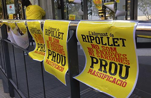 Els manifestants van repartir aquests cartells. Foto:Ajuntament