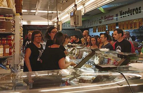El mercat es va omplir de gent i de tapes. Foto: Mercat de Singuerlín