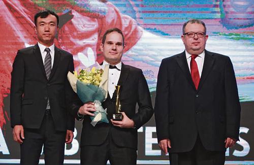 Morales (al centre) amb el seu premi. Foto:RFETM