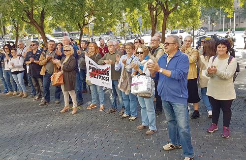 Els investigats van rebre el suport de diversos veïns i coneguts a la Ciutat de la Justícia, just el mes que es commemora el primer aniversari de l'1-O. Foto: Twitter (@miquel_sola)