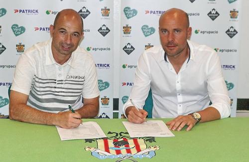 Calm (a la dreta) signa el seu nou contracte. Foto:UEC