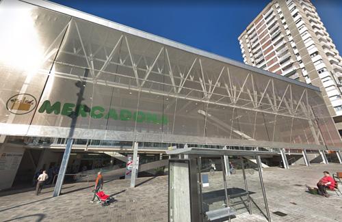 El mercat fa dos anys que conviu amb un supermercat. Foto: Google Maps