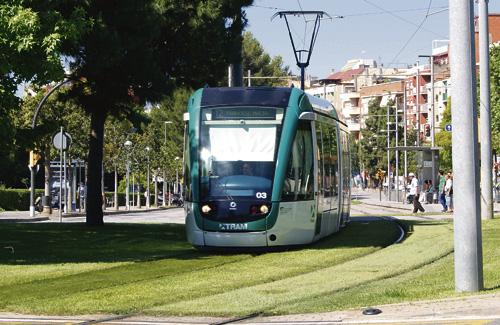 El Trambaix al seu pas pel centre d'Esplugues. Foto: Arxiu