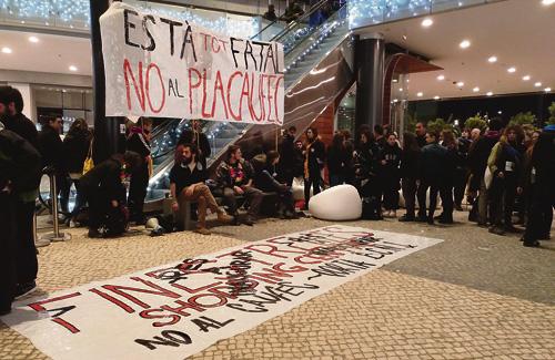 Membres de la plataforma es van encadenar als bancs. Foto: No al Pla Caufec