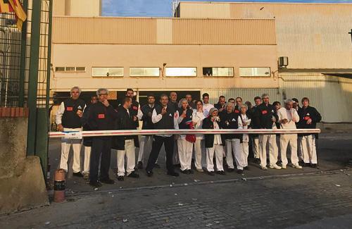 Els treballadors es manifesten cada matí a la porta de l'empresa. Foto: Twitter