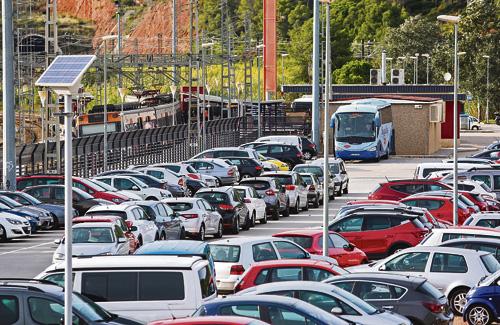 El RACC ha alertat que els aparcaments de les estacions de tren han de millorar per fomentar que la gent agafi el transport públic. Foto: Arxiu