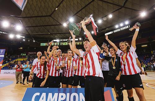 El moment d'eufòria blanc-i-vermell en el moment d'alçar la copa. Foto:FCF