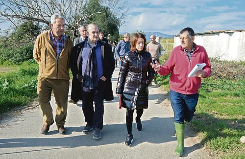 Els alcaldes de Gavà i Viladecans visitant el Parc Agrari. Foto: Ajuntament