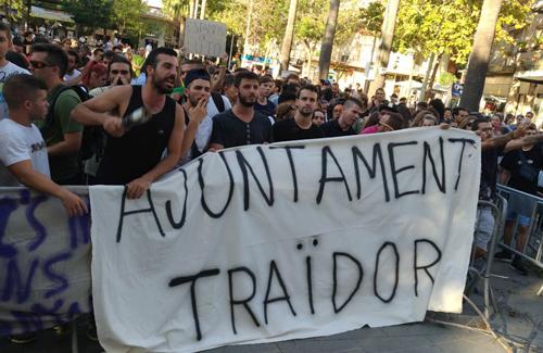 Un moment de la manifestació davant de l'Ajuntament. Foto: Twitter (@ecologistes)