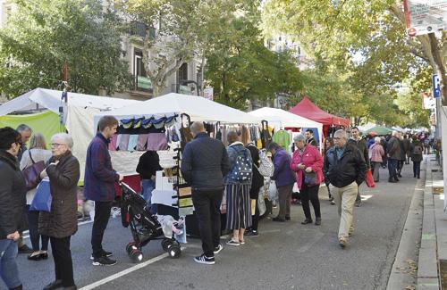 La Mostra de Tardor omple de gent el carrer de Sants