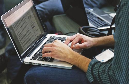 El 84% dels barcelonins tenen la seva llar connectada a internet i el 85,4% es connecten cada dia, majoritàriament a través del mòbil. Foto: Pexels