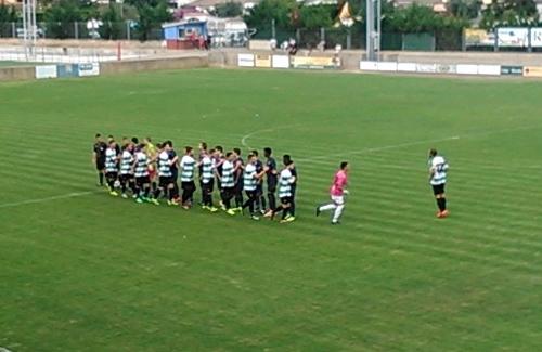 Els equips es saluden abans de l'inici del partit. Foto: U.E. Sants